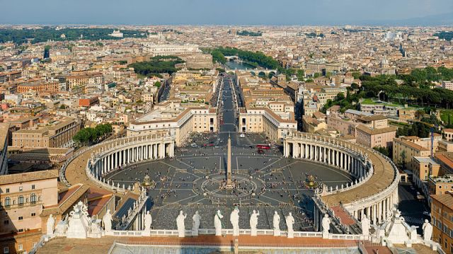 800px-St_Peter's_Square,_Vatican_City_-_April_2007  DAVID ILIFF. License: CC-BY-SA 3.0